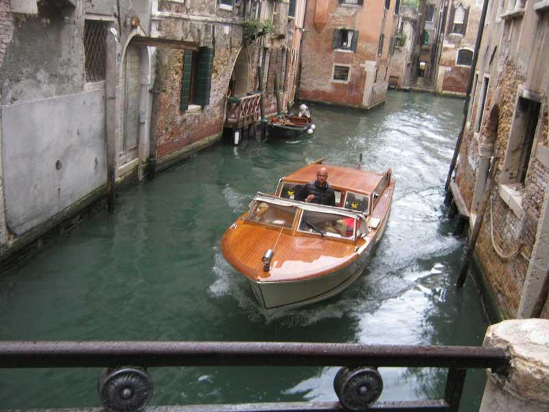 قایقی در یکی از آبراه های ونیز ایتالیا-ارزان سفر