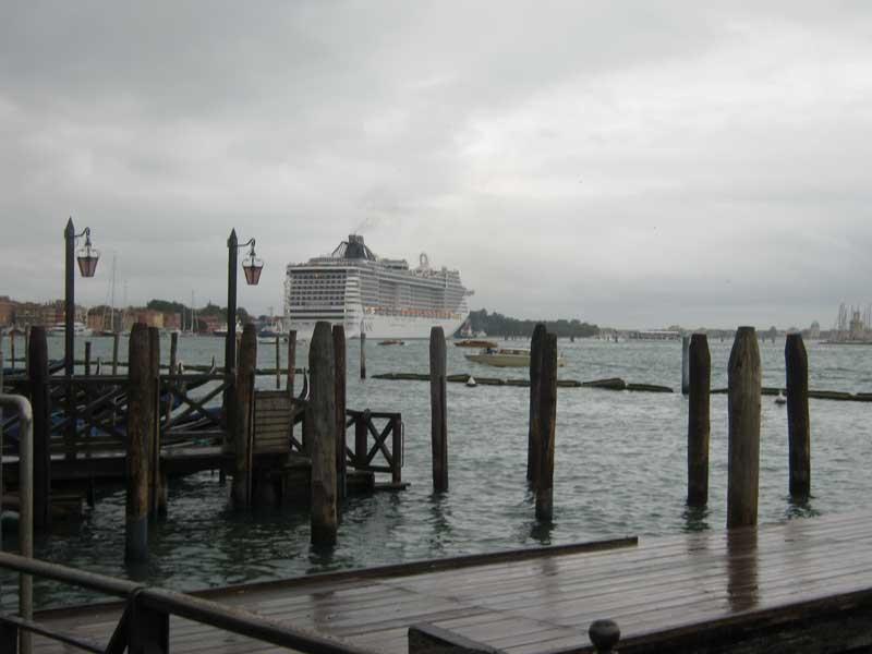 نمایی دیگر از کشتی کروز در دریای آدریاتیک نزدیک ونیز ایتالیا-ارزان سفر