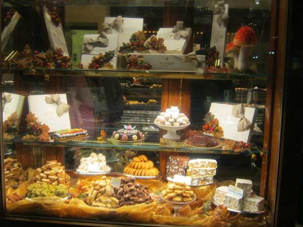 ویترین یک مغازه شیرینی فروشی کنار میدان دائومو فلورانس