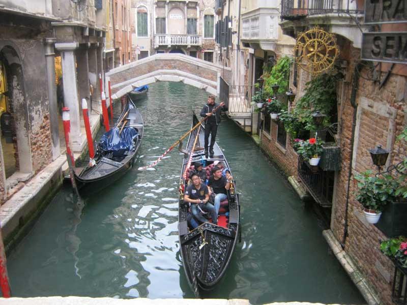 قایق هایی با نام گندوله که سمبل ونیز ایتالیا هستند-ارزان سفر