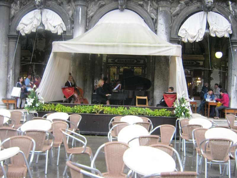 گروه موسیقی کنار میدان سن مارکو ونیز ایتالیا-ارزان سفر
