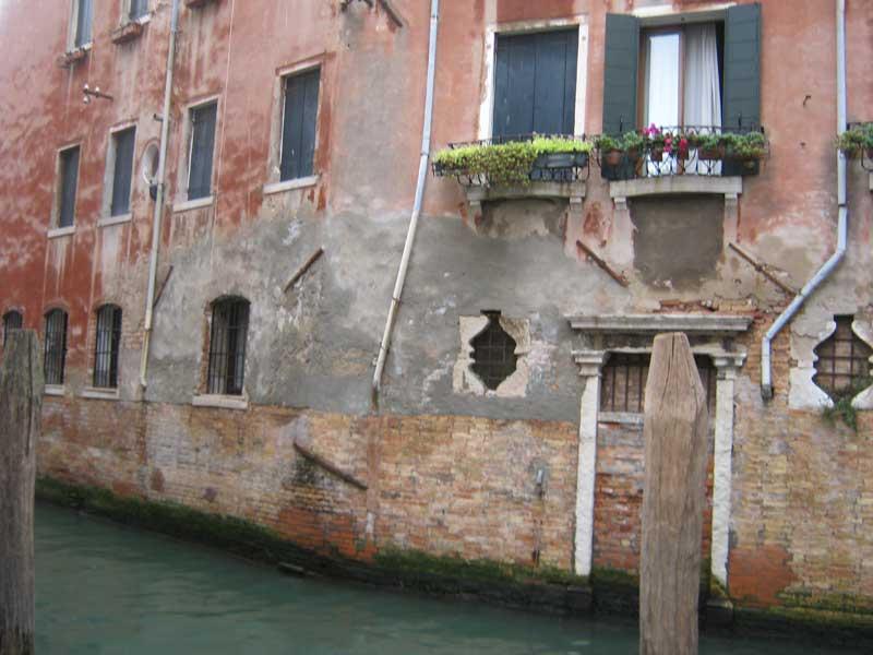 خانه ای قدیمی کنار یکی از آبراه های ونیز ایتالیا-ارزان سفر