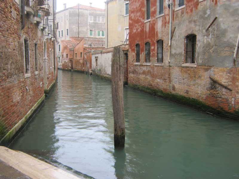 یکی از آبراه های ونیز ایتالیا-ارزان سفر