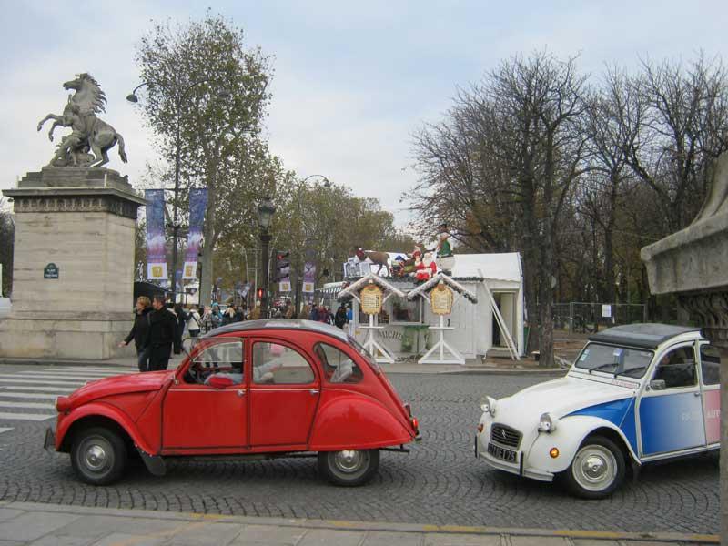 اتومبیل های قدیمی و به یادماندنی سیتروئن دایان، در خیابان شانزالیزه