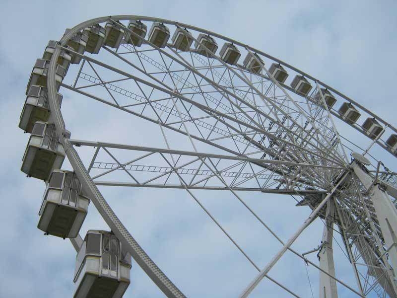 نمایی نزدیک از چرخ و فلک معروف شهر پاریس در میدان کنکورد