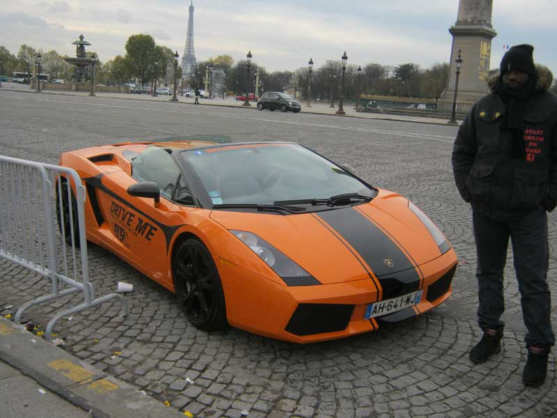 خودرو لامبورگینی که در میدان کنکورد برای تور دور شهر پاریس، اجاره می دهند.