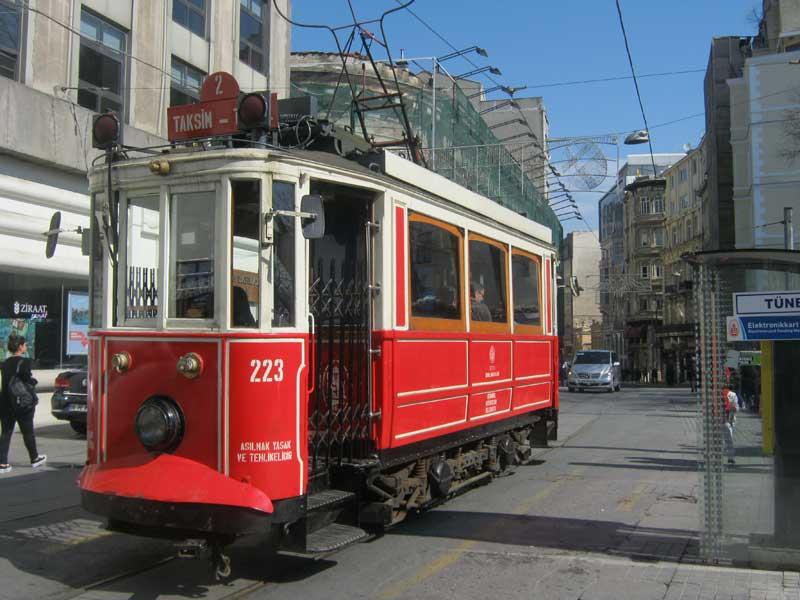 قطار نوستالوژیک در خیابان استقلال استانبول که از میدان تقسیم به ایستگاه تونل تردد دارند.