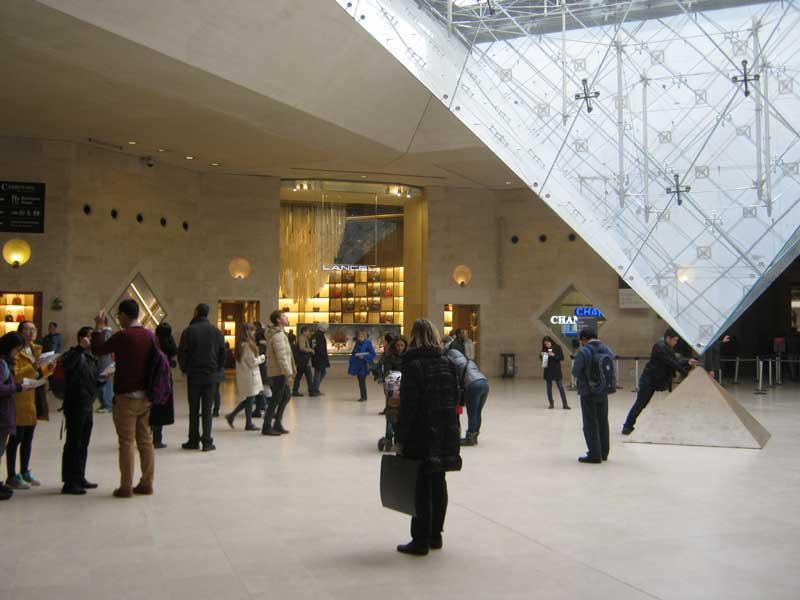 هرم شیشیه ای داخل موزه لوور پاریس