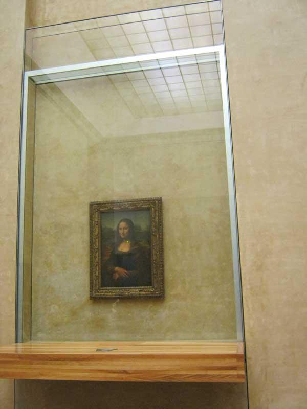 تابلوی مشهور مونا لیزا که تحت تدابیر شدید امنیتی در موزه لوور به معرض نمایش گذاشته شده است.