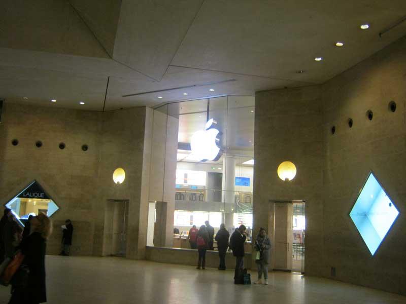 فروشگاه محصولات شرکت اپل در موزه لوور
