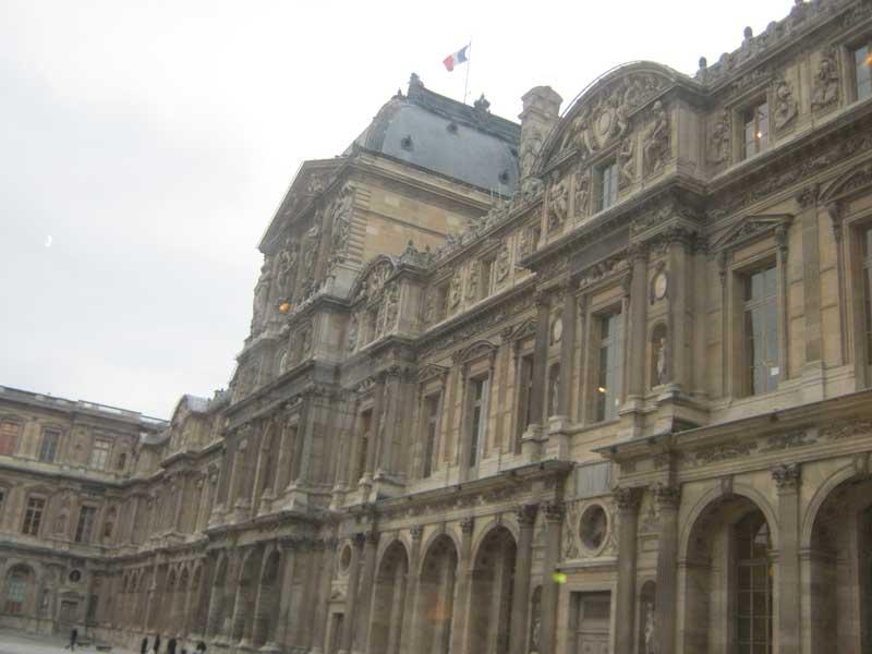 نمایی از ساختمان قدیمی موزه لوور