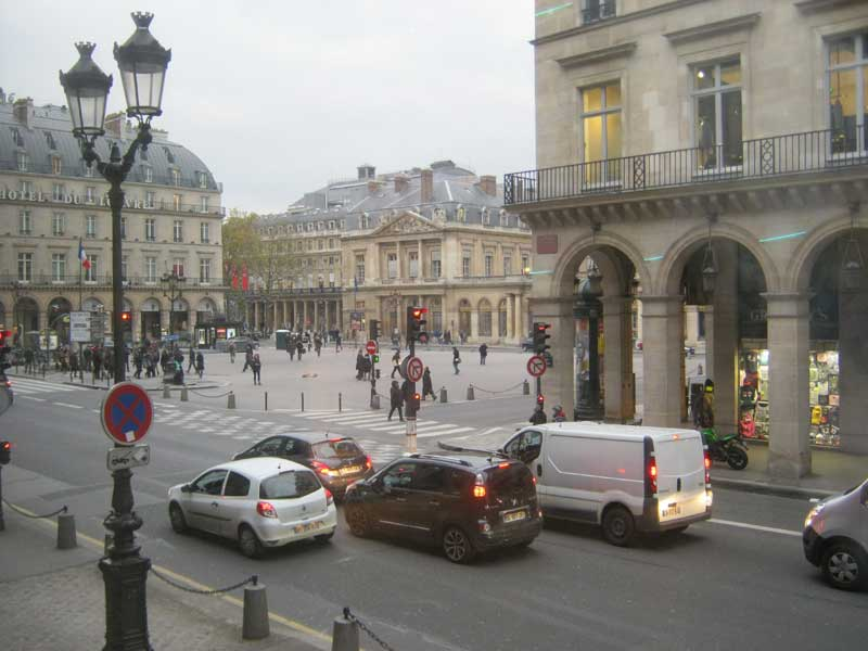 نمای خیابان پشت موزه لوور از یکی از پنجره های موزه لوور