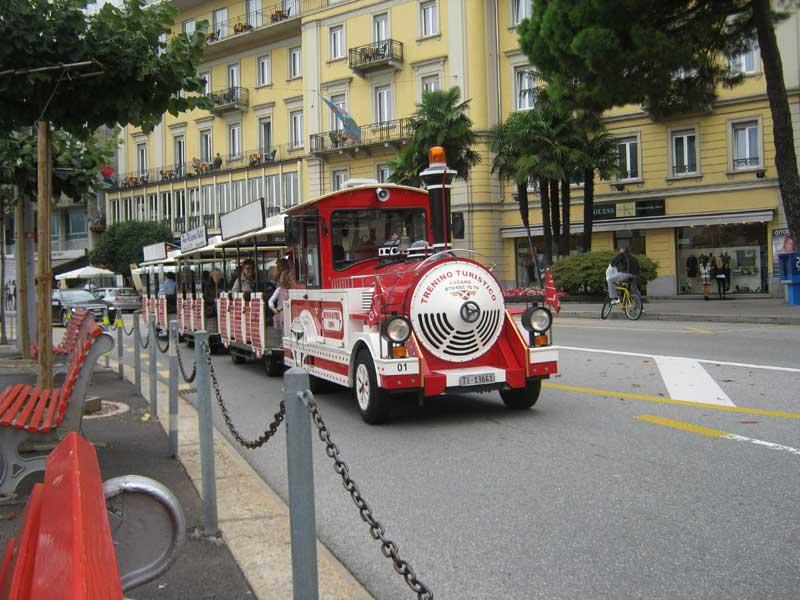 قطار برای جا به جایی توریست ها در شهر لوگانو سوییس