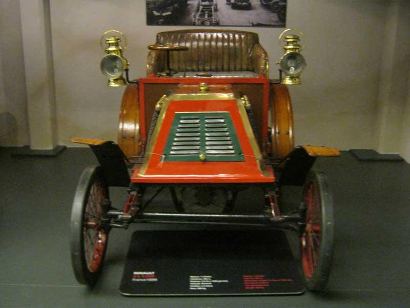از اولین خودروهای تولیدی شرکت رنوی فرانسه به نمایش گذاشته شده در موزه اتومبیل تورین ایتالیا