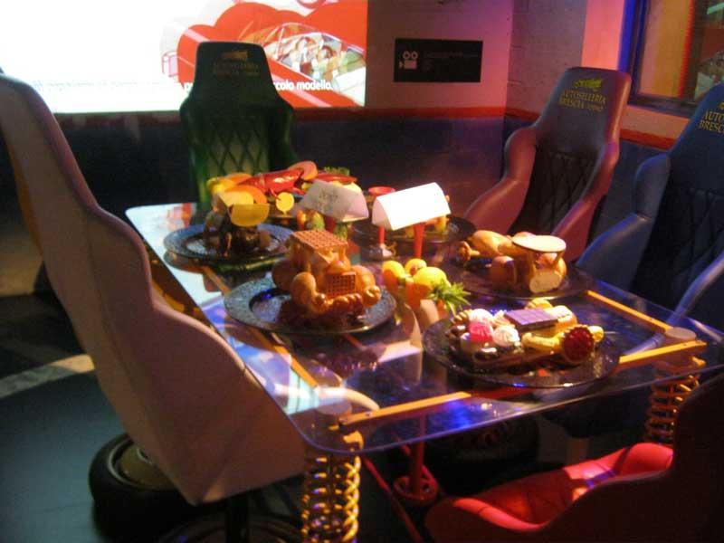 میز غدایی که در موزه اتومبیل تورین از لوزم یدکی خودروها درست شده است.