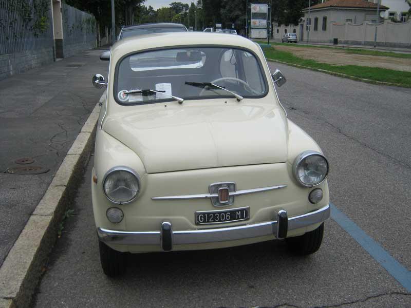 خودروی کوچک فیات 500 که هنوز سمبل شهر تورین ایتالیا بوده و در قسمت های مختلف شهر    تورین نیز قرار داده شده است.