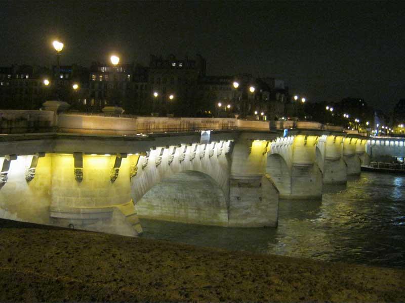 پل نف روی رودخانه سن در شهر پاریس