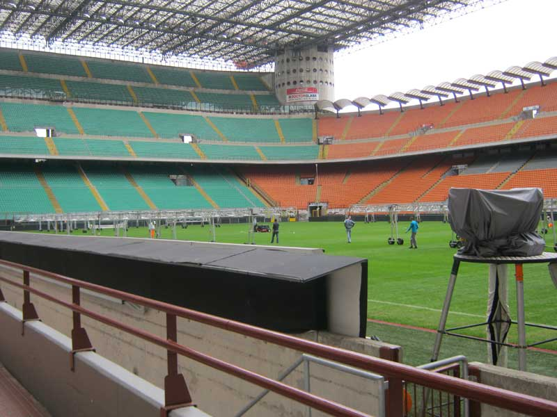 نمایی از زمین چمن استادیوم سن سیرو میلان