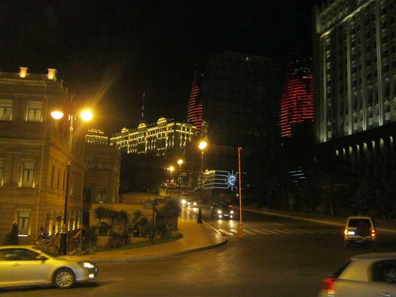 نمایی از خیابان های منطقه Iceri Shahr و برج های شعله  نورانی