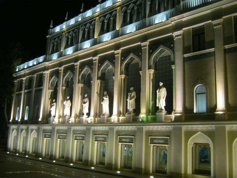 ساختمانی زیبا در نزدیکی میدان فواره باکو که مجسمه شاعران و نویسندگان نامدار همچون نظامی در آن بنا شده است.