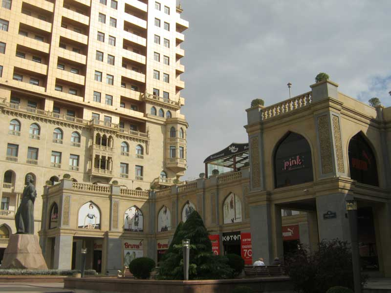 ساختمانی در نزدیکی خیابان نظامی باکو