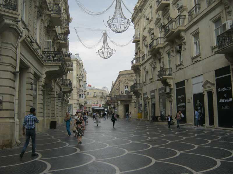 خیابان منتهی به میدان فواره باکو در روز