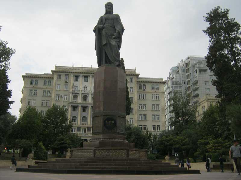 مجسمه نظامی گنجوی در پارکی نزدیک میدان فواره