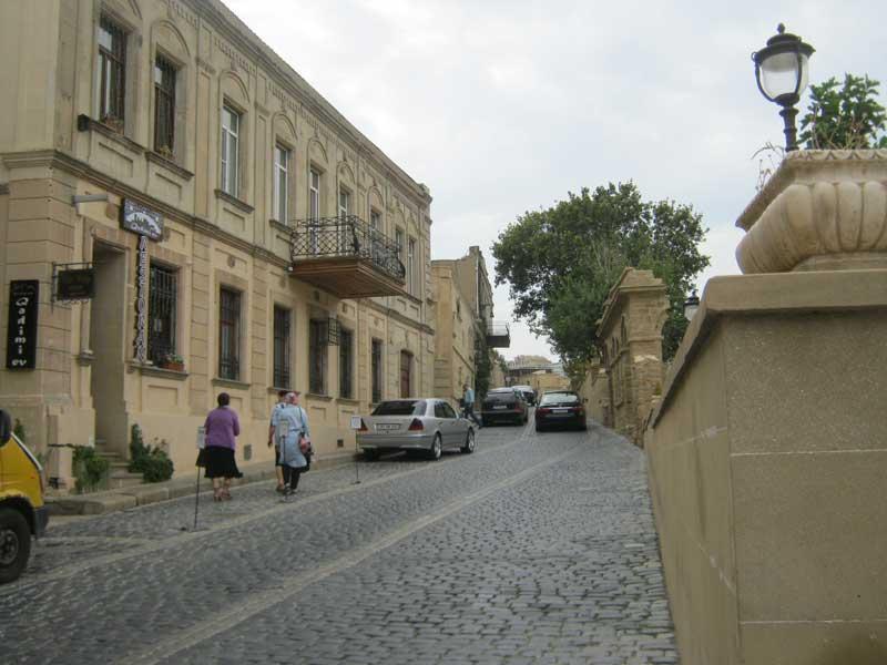 نمایی از خیابان های سنگ فرش شهر قدیمی باکو