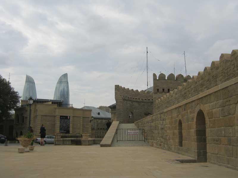 نمایی از برج های شعله از درون شهر قدیمی باکو