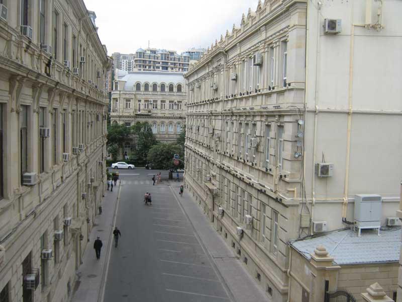 نمایی از یکی از خیابان های باکو از بالای شهر قدیمی