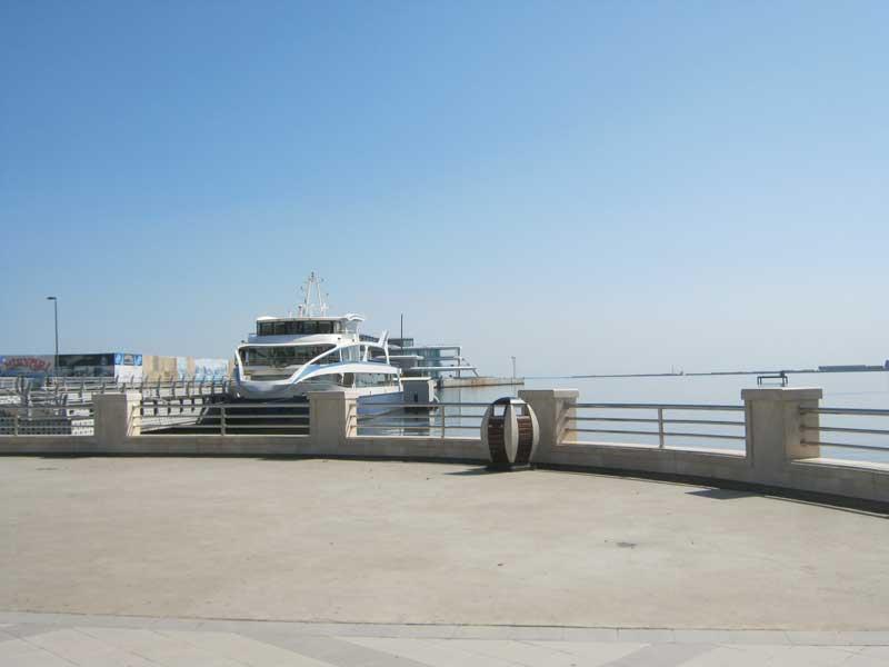 کشتی تفریحی که تور تفریحی حدودا نیم ساعته در دریای خزر برگزار می کند. قیمت بلیط آن 6 منات است.