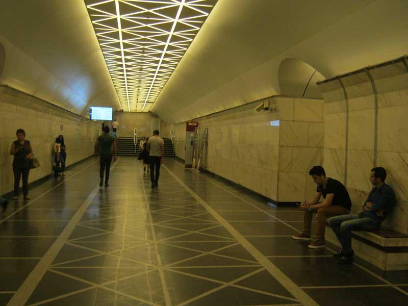 داخل یکی از ایستگاه های مترو باکو
