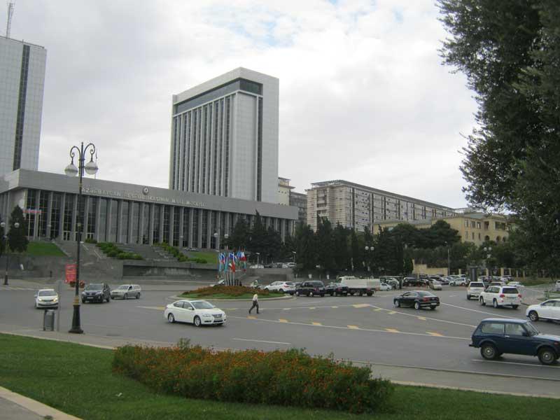 ساختمان مجلس کشور آذربایجان که در مقابل آپ لند پارک قرار دارد