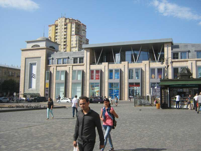 نمای بیرون مرکز خرید 28 مال باکو