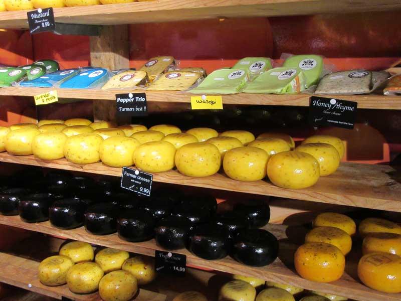 انواع پنیر با طعم های گوناگون در یکی از فروشگاه های آمستردام
