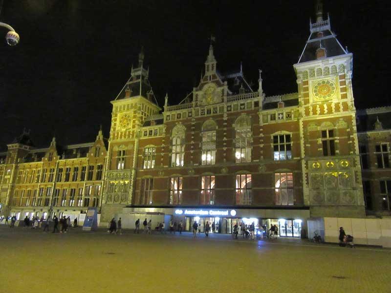 ایستگاه قطار مرکزی آمستردام در شب