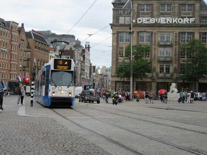 ترن در حال عبور از خیابان دمراک