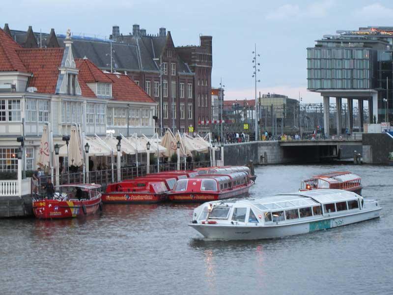 کانال کنار ایستگاه قطار مرکزی آمستردام