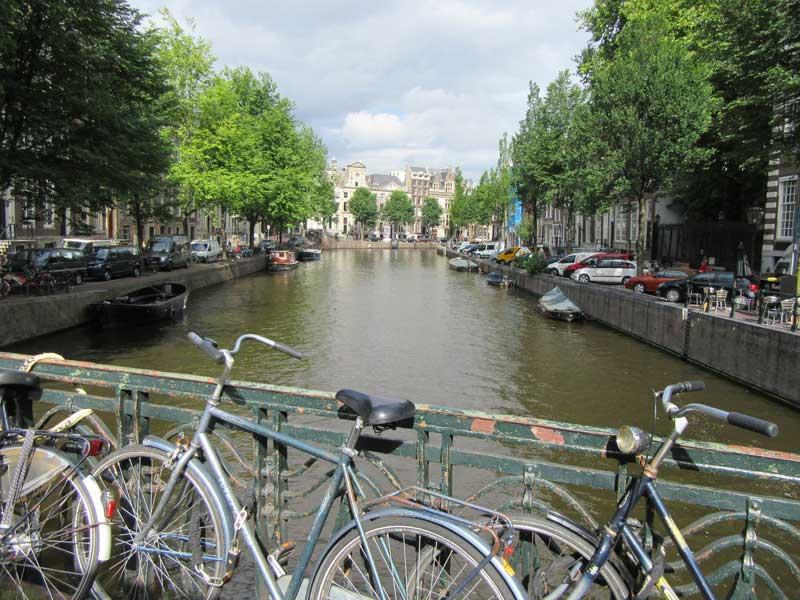 پلی بر روی یکی از کانال های خیابان لیدسسترات آمستردام