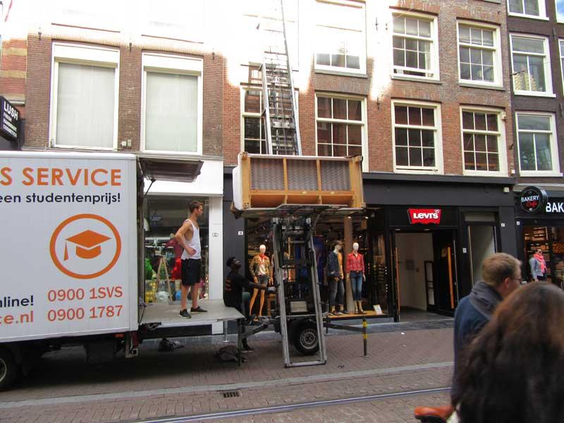 شیوه ای جالب برای اسباب کشی در آپارتمان های کوچک آمستردام