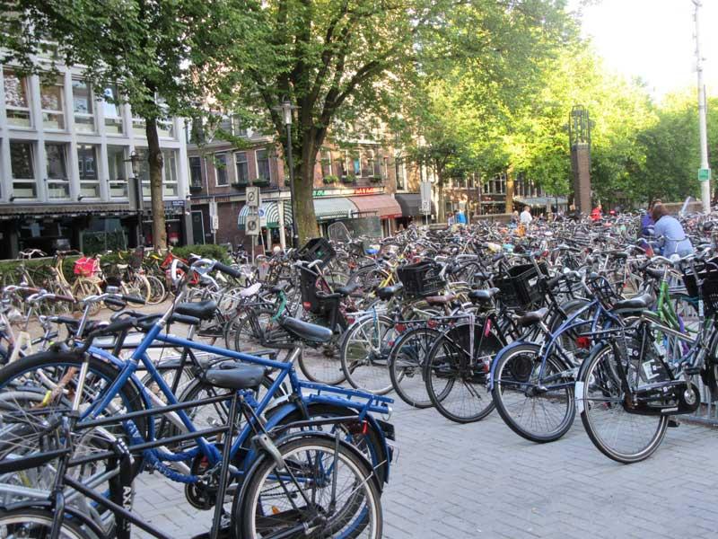 پارکینگ دوچرخه ها نزدیک موزه ریجسک