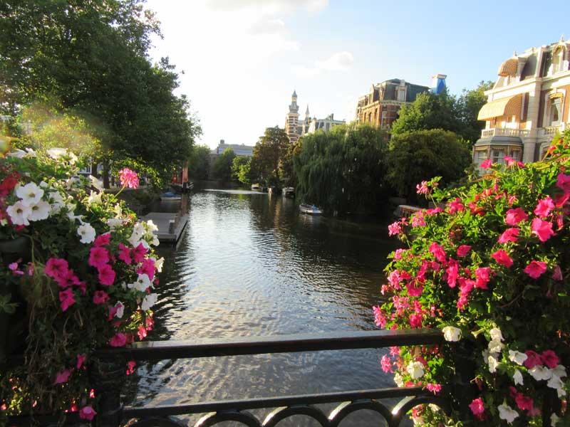 کانال کنار ورودی موزه ریجکس آمستردام