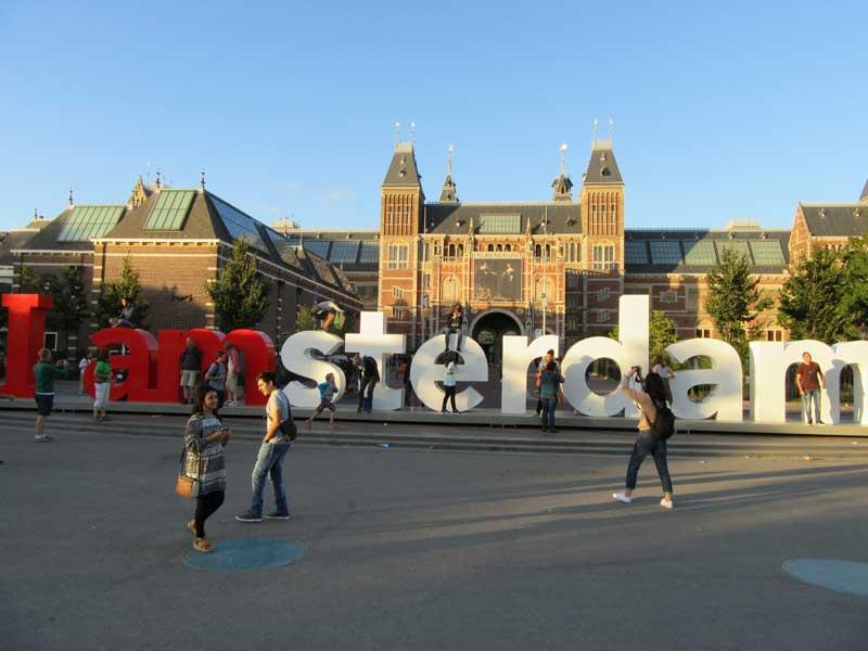 تبلیغ کارت های I Amsterdam در میدان موزه آمستردام