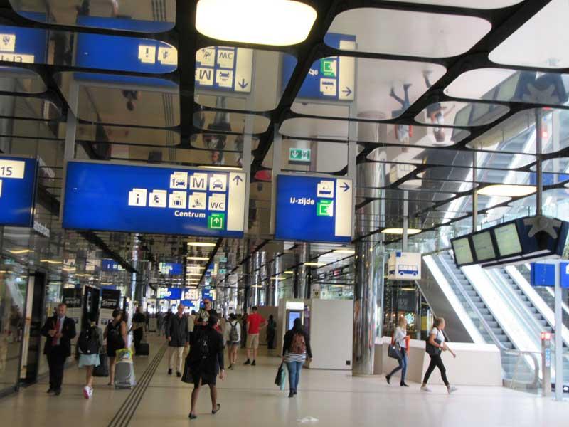 داخل ایستگاه قطار مرکزی آمستردام