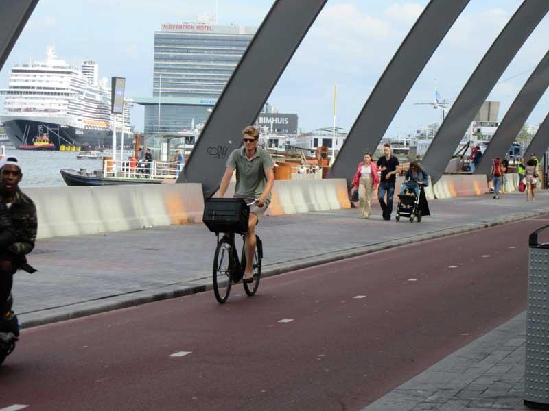 خلیج ایج در رو به روی درب دیگر ایستگاه قطار مرکزی آمستردام