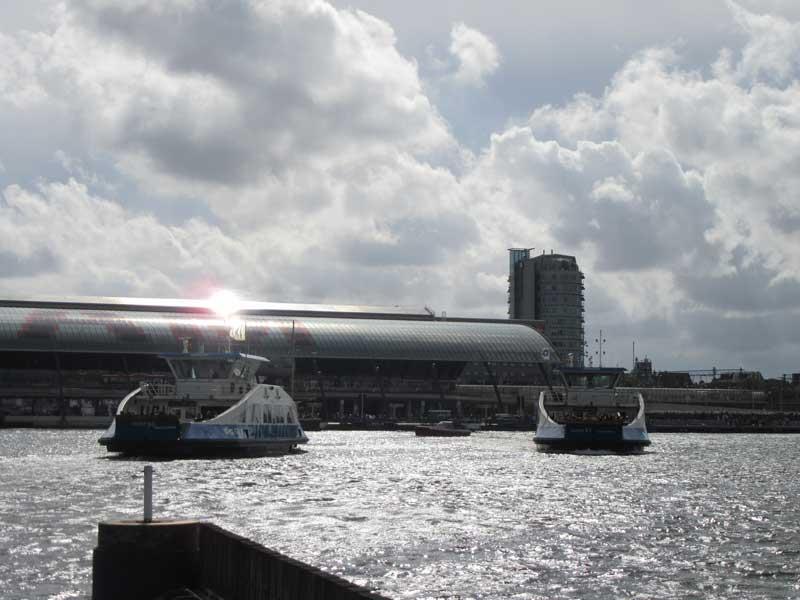 نمایی از ایستگاه قطار مرکزی آمستردام از آن سوی خلیج ایج