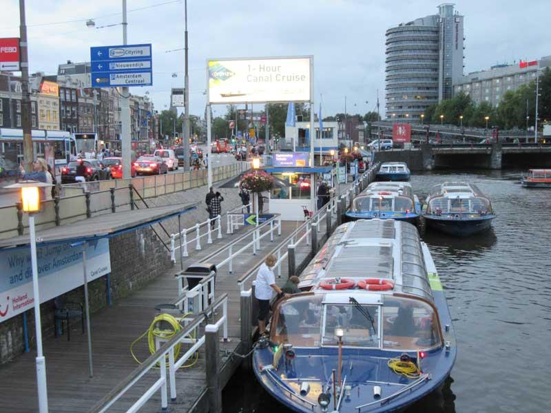قایق هایی که در نزدیکی ایستگاه قطار مرکزی در حال جا به جایی مسافر هستند.