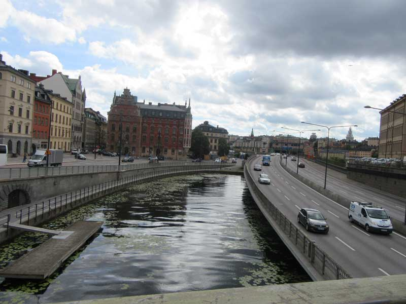 پل بر روی آب جهت رفتن به منطقه گالما استن