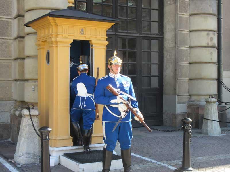 نگهبان کنار کاخ سلطنتی سوئد