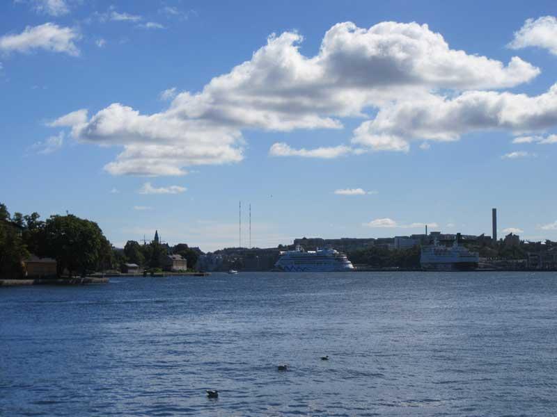 منظره ای از آبراه کنار خیابان خیابان Skeppsbron  استکهلم